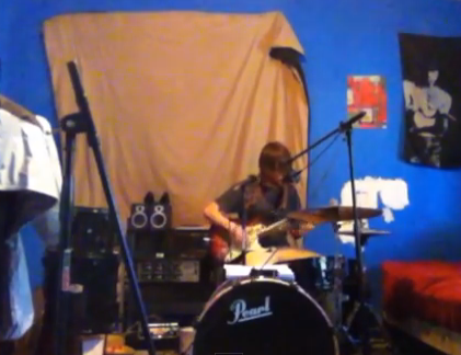 Guy Sings, Plays Guitar and Drums at the Same Time – And it Sounds Awesome