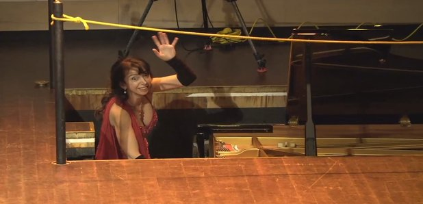Pianist Shows us How to Respond Gracefully When Something Goes Wrong on Stage